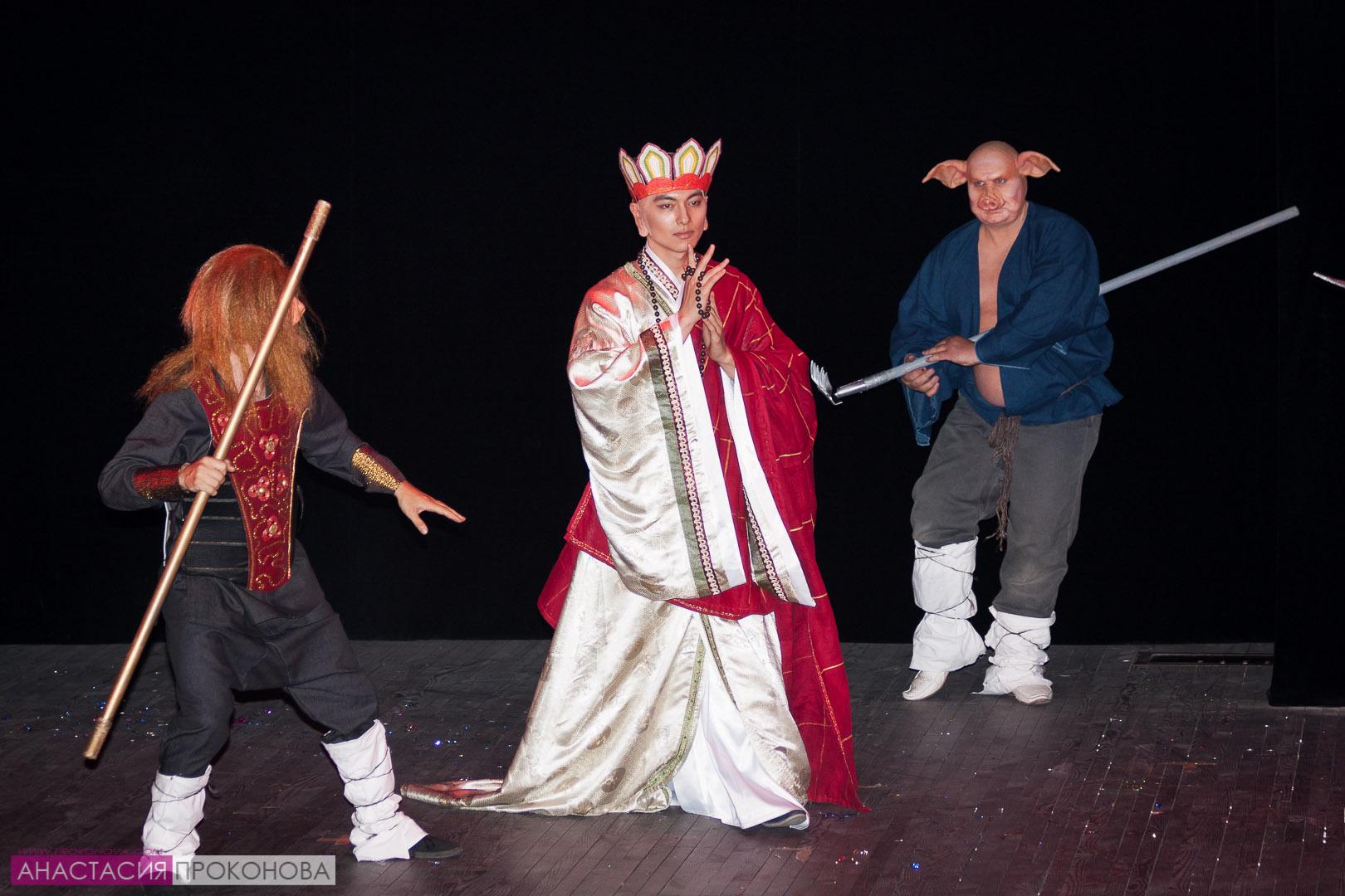Получеловек-полусвинья Чжу Бацзе, царь обезьян Сунь Укун и монах Сюаньцзан